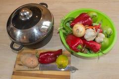 Frisches organisches Gemüse, grüne Tomate, Zwiebel, Kartoffel, grüne grüne Bohnen, Knoblauch und Pfeffer auf Tabelle Frisches org Lizenzfreies Stockbild
