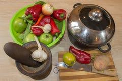 Frisches organisches Gemüse, grüne Tomate, Zwiebel, Kartoffel, grüne grüne Bohnen, Knoblauch und Pfeffer auf Tabelle Frisches org Stockbild