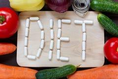 Frisches organisches Gemüse mit messendem Band und Wort DIÄT gemacht stockfotografie