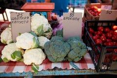 Frisches organisches Gemüse und Früchte im Verkauf am lokalen Landwirtsommermarkt draußen Gesundes Lebensmittelkonzept lizenzfreies stockbild