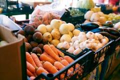 Frisches organisches Gemüse und Früchte im Verkauf am lokalen Landwirtsommermarkt draußen Gesundes Lebensmittelkonzept stockfotos