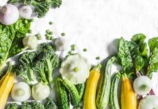 Frisches organisches Gemüse - Zucchini, Kürbis, Gurken, Brokkoli, Zwiebeln, Knoblauch, Mangoldgemüse, grüne Erbsen auf einem hell stockfotos