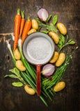 Frisches organisches Gemüse und Kräuter um alten leeren kochenden Topf auf rustikalem hölzernem Hintergrund, Draufsichtverfassen Lizenzfreie Stockfotos