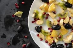 Frisches organisches geschnitten oder gehackt in exotische Fr?chte der St?ckchen, Granat, Kiwi, Bananen lizenzfreie stockfotografie