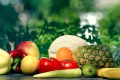 Frisches organisches Obst und Gemüse auf Tabelle draußen Lizenzfreies Stockbild