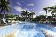 Frisches Pool an einem sonnigen Tag lizenzfreies stockbild