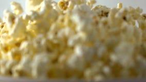 Frisches Popcorn, das in Papierkasten fällt Konzepte des Kinos, des Sammel- oder des Schnellimbisses Superzeitlupetransportwagens stock video