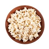 Frisches Popcorn in der keramischen Platte lokalisiert auf weißem Hintergrund Lizenzfreie Stockfotos