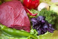 Frisches Rindfleisch vom Markt mit Gemüse Lizenzfreies Stockfoto
