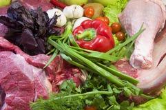 Frisches Rindfleisch vom Markt mit Gemüse Lizenzfreie Stockfotografie