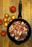 Frisches rohes Fleisch in einer Bratpfanne lizenzfreie stockbilder