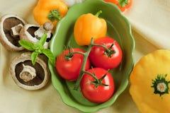 Frisches rohes Gemüse auf Tuch Lizenzfreies Stockfoto