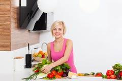 Frisches rohes Gemüse der Frau, das zu Hause kocht Lizenzfreie Stockbilder
