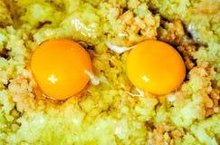 frisches rohes Kartoffelpuree als prepearing Abendessen Lizenzfreie Stockbilder