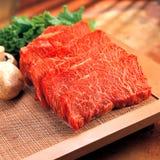 Frisches rohes Rindfleisch auf Küchetabelle lizenzfreies stockbild