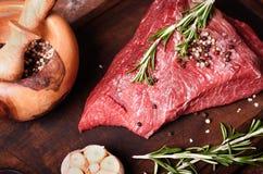 Frisches rohes Rindfleischsteak mit Gewürz Stockbilder