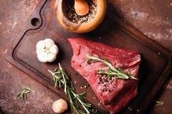 Frisches rohes Rindfleischsteak mit Gewürz Stockfotografie