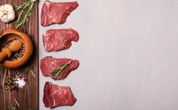 Frisches rohes Rindfleischsteak mit Gewürz Stockbild