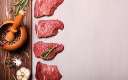 Frisches rohes Rindfleischsteak mit Gewürz Stockfotos