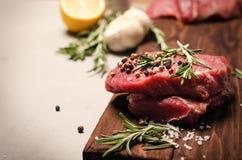 Frisches rohes Rindfleischsteak mit Gewürz Lizenzfreie Stockfotos