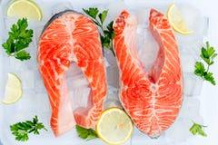 Frisches rohes rotes Fischlachssteak lizenzfreie stockfotografie