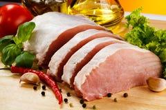 Frisches rohes Schweinefleisch auf Schneidebrett Stockbild