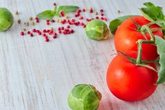 Frisches rotes Gemüse auf dem Holztisch Zusammensetzung des Gemüses, Tomate, Brokkoli Retro- Art Vertikale Ansicht Gesund lizenzfreie stockfotos