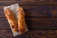 Frisches süßes selbst gemachtes Brötchen des Zimts zwei Stockbild
