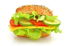 Frisches Sandwich mit Käse und Gemüse Stockfotografie