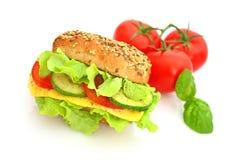 Frisches Sandwich mit Käse und Gemüse Stockfoto
