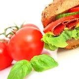 Frisches Sandwich mit Salamikäse und -gemüse Stockbilder