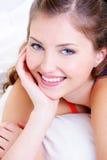 Frisches sauberes lächelndes Gesicht einer schönen Frau Lizenzfreies Stockbild