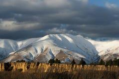 Frisches Schneeabstauben auf Gebirgszug, Neuseeland Stockfotos