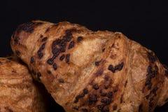 Frisches Schokoladenhörnchen auf einem schwarzen Hintergrund stockfoto