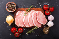 Frisches Schweinefleisch mit Bestandteilen für das Kochen lizenzfreies stockbild