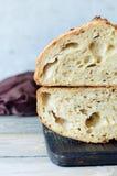 Frisches selbst gemachtes Brot auf dem blauen Hintergrund klar Franzosen gezüchtet Brot am Sauerteig Ungesäuertes Brot stockfotografie