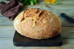 Frisches selbst gemachtes Brot auf einem grauen Hintergrund klar Franzosen gezüchtet Brot am Sauerteig Ungesäuertes Brot Lustiges lizenzfreies stockfoto