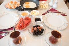 Frisches türkisches Frühstück auf Tabelle Stockbilder