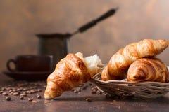 Frisches und geschmackvolles Hörnchen und Tasse Kaffee auf altem kupfernem backg stockbilder