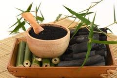 Frisches und getrocknetes Bambus- und Bambusholzkohlenpulver Stockbilder