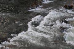 Frisches und kaltes Wasser des Wasserfalls Stockbild