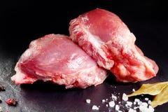 Frisches und rohes Fleisch Backen, rotes Schweinefleisch kochfertig auf dem Grill oder Grill Lizenzfreie Stockbilder