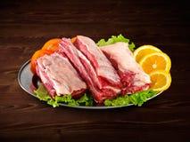 Frisches und rohes Fleisch Rippen und die Schweinekoteletts, die ungekocht sind, ungeschnitten bereiten zu vor Lizenzfreies Stockfoto