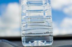 Frisches und sauberes Trinkwasser in der Flasche auf Himmelhintergrund Lizenzfreies Stockbild