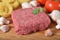 Frisches ungekochtes Rinderhackfleisch lizenzfreie stockfotografie