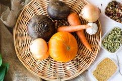 Frisches vegetables Karotten, rote Rüben, Kürbis, Zwiebel, Gewürz auf dem Abtropfbrett Stockfotografie