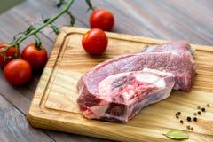 Frischfleisch auf dem Holztisch Lizenzfreies Stockfoto