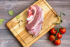 Frischfleisch auf dem Holztisch Stockfotografie