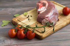 Frischfleisch auf dem Holztisch Stockfoto