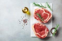 Frischfleisch auf Draufsicht des Küchentischs Rohes Rindfleischsteak und -gewürze für das Kochen lizenzfreies stockbild